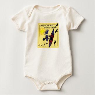 El kajak se bate bien en amarillo body para bebé