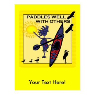 El kajak se bate bien en amarillo tarjeta postal