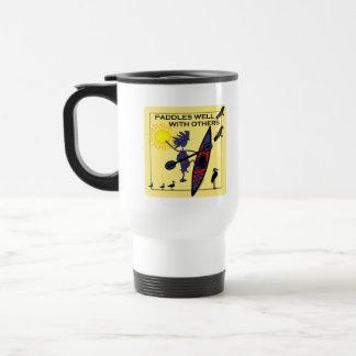 El kajak se bate bien en amarillo taza de viaje