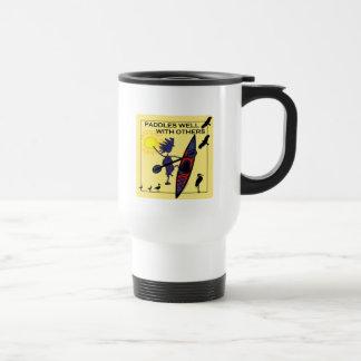 El kajak se bate bien en amarillo tazas de café