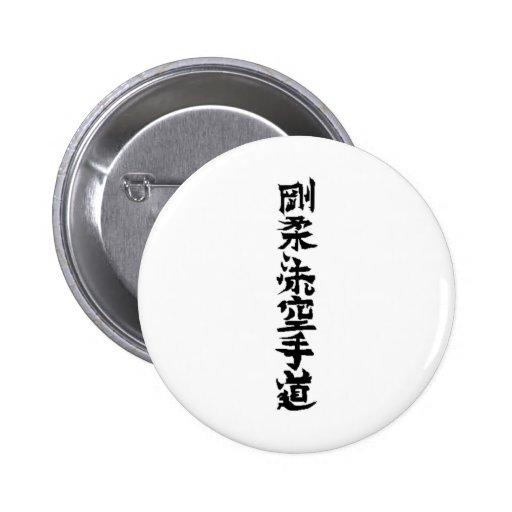 El karate de Goju Ryu hace kanji Pins