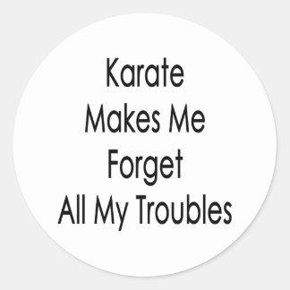 El karate hace que olvida todos mis problemas pegatina redonda