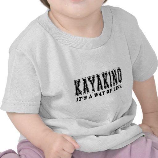 El Kayaking él es manera de vida Camisetas