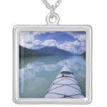 El Kayaking en el extremo del extremo del lago azu Joyerias