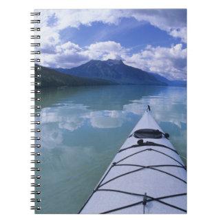 El Kayaking en el extremo del extremo del lago azu Note Book