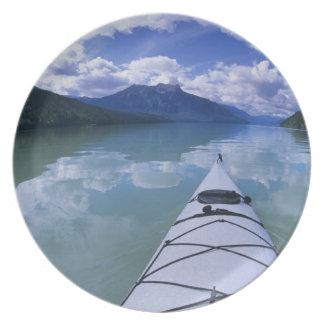 El Kayaking en el extremo del extremo del lago azu Platos