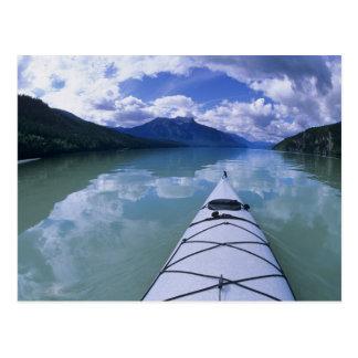 El Kayaking en el extremo del extremo del lago Tarjeta Postal