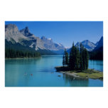 El Kayaking en el lago Maligne en la isla del alco Poster