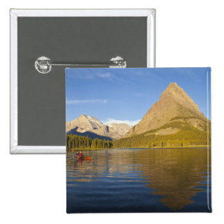 El Kayaking en el lago Swiftcurrent en la salida d Pin
