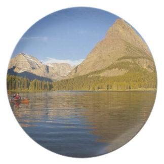 El Kayaking en el lago Swiftcurrent en la salida d Plato De Cena
