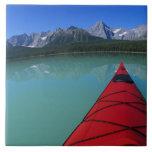 El Kayaking en el lago waterfowl debajo del pico d Azulejo Ceramica