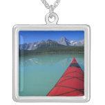 El Kayaking en el lago waterfowl debajo del pico d Grimpolas