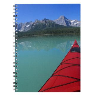 El Kayaking en el lago waterfowl debajo del pico d Libros De Apuntes