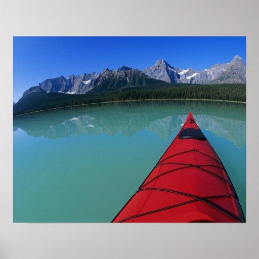 El Kayaking en el lago waterfowl debajo del pico d Posters