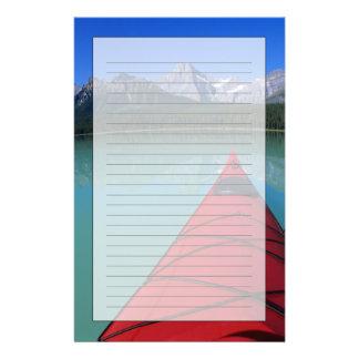 El Kayaking en el lago waterfowl debajo del pico d Papelería