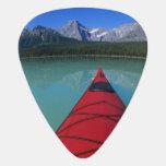 El Kayaking en el lago waterfowl debajo del pico d Uñeta De Guitarra