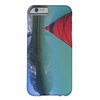 El Kayaking en el lago waterfowl debajo del pico Funda De iPhone 6 Barely There