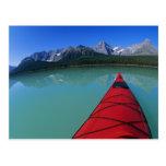 El Kayaking en el lago waterfowl debajo del pico Postal