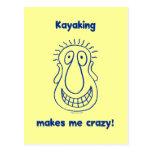El Kayaking me conduce loco Tarjeta Postal