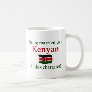 El Kenyan construye el carácter Tazas