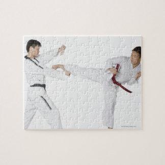 El kickboxing practicante del mediados de hombre a rompecabeza