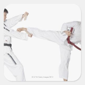El kickboxing practicante del mediados de hombre pegatina cuadrada