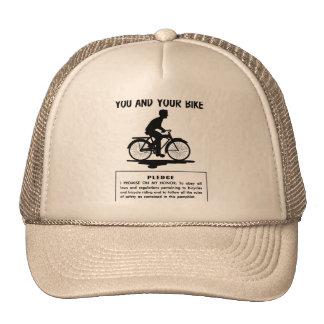 El kitsch retro del vintage monta en bicicleta le  gorro de camionero