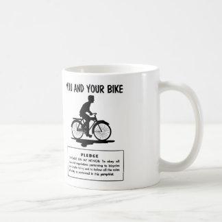 El kitsch retro del vintage monta en bicicleta le  taza
