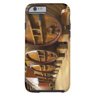 El lagar de la bodega con los barriles de madera funda para iPhone 6 tough