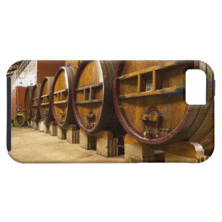 El lagar de la bodega con los barriles de madera iPhone 5 funda
