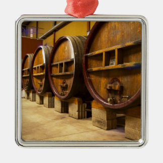 El lagar de la bodega con los barriles de madera v adorno de navidad