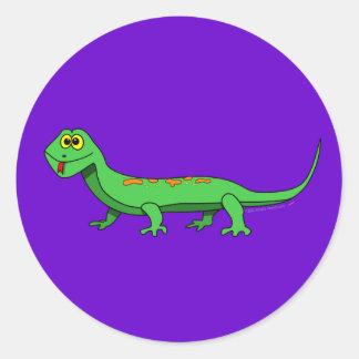 El lagarto verde lindo del dibujo animado embroma etiqueta redonda