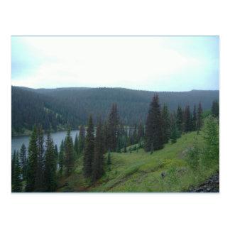 El lago en la montaña de Colorado remata la postal
