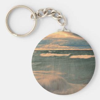 El lago Superior - puesta del sol tempestuosa Llavero Redondo Tipo Pin