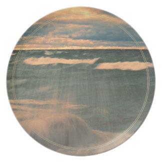 El lago Superior - puesta del sol tempestuosa Plato De Comida