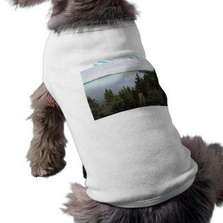 El lago Tahoe con los árboles de pino Camisetas De Mascota