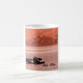 El lago Tahoe en color de rosa = taza
