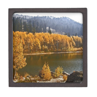 El lago Tahoe en el paisaje de la caída/del invier Cajas De Recuerdo De Calidad