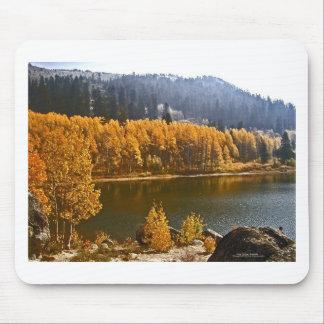 El lago Tahoe en el paisaje de la caída/del invier Mousepads