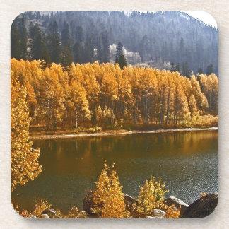 El lago Tahoe en el paisaje de la caída/del invier Posavasos De Bebidas