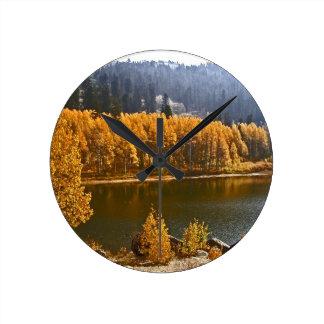 El lago Tahoe en el paisaje de la caída/del invier Reloj Redondo Mediano