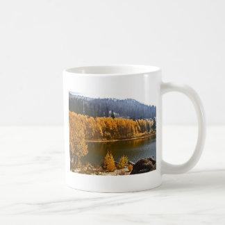 El lago Tahoe en el paisaje de la caída/del invier Tazas De Café