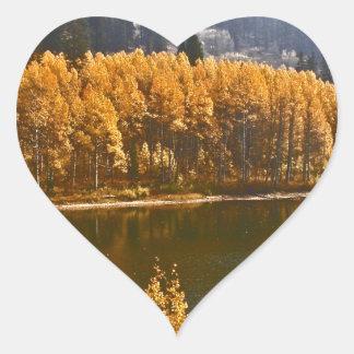 El lago Tahoe en el paisaje de la caída/del Pegatina En Forma De Corazón