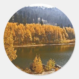 El lago Tahoe en el paisaje de la caída/del Pegatina Redonda