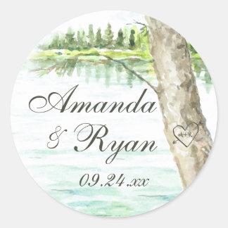 El lago watercolor y talla el corazón del árbol pegatina redonda