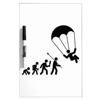El lanzarse en paracaídas pizarras blancas