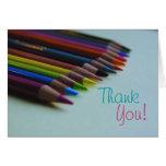 El lápiz coloreado le agradece cardar tarjeta