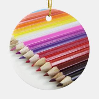El lápiz colorido colorea los regalos de las filas adorno de navidad