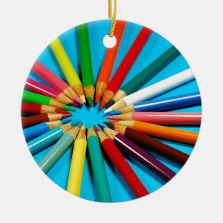 El lápiz colorido dibuja con creyón el modelo adorno navideño redondo de cerámica