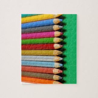 El lápiz colorido dibuja con creyón el modelo puzzle